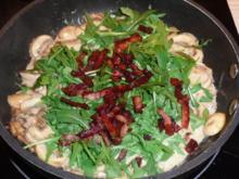 Champignons mit Rucola und Bacon-Streifen - Rezept