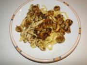 Garnelen und Tintenfischringe, gebraten in Knoblauch-Kräuter-Butter-Sauce - Rezept