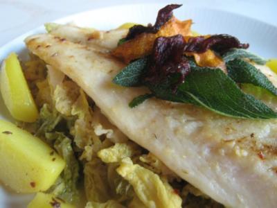 Pangasius-Filet auf Rahmwirsing mit Gemüsechips und Gewürzbutter-Kartoffelspalten - Rezept