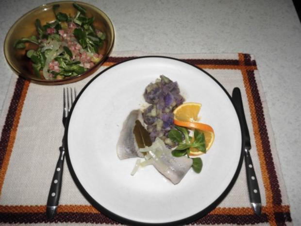 Schwedenhappen an Kartoffelsalat in lila - Rezept