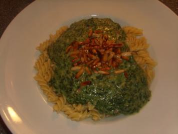 Pasta mit Spinat-Gorgonzola und gerösteten Pinienkernen - Rezept