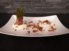 Pochiertes Landei mit frischen Bohnen und Bacon. Dazu Kartoffelsplitter und Parmesanschaum - Rezept