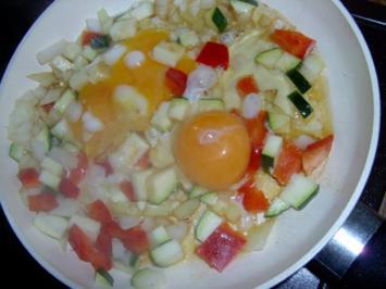 Omelette mit Zucchini, Paprika und Zwiebel - Rezept