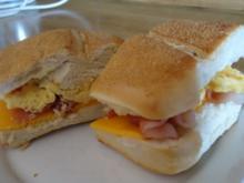 Bacon-Cheddar-Brötchen mit Rührei - Rezept