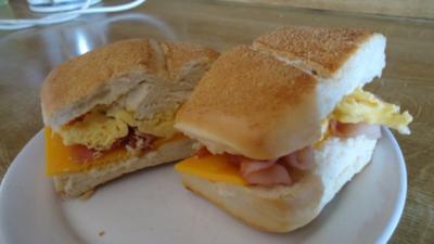 Rezept: Bacon-Cheddar-Brötchen mit Rührei