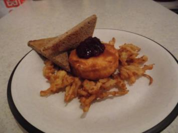 Camembert im Mantel mit Röstbrot, frittierten Zwiebeln und Preiselbeertopping - Rezept