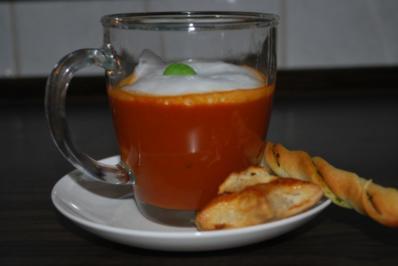 Pikantes Tomatensüppchen mit Basilikumschaum - Rezept