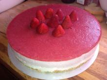 Erdbeer-Joghurt-Cremetorte mit Mandelknusperboden - Rezept