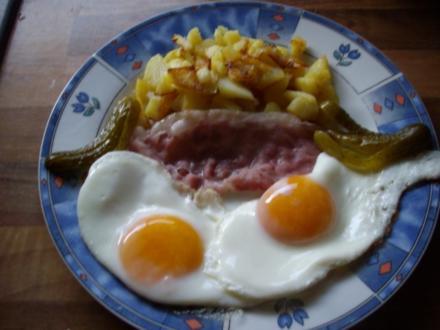 knusprige bratkartoffeln mit spiegelei und schinken - Rezept