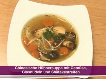 Chinesische Hühnersuppe mit Gemüse, Glasnudeln und Shiitakestreifen (Franziska Menke) - Rezept
