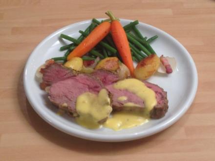 Roastbeef mit einer Senf Kräuter-Kruste an Zwiebel–Speck-Kartoffeln mit Möhren & Schloten - Rezept