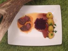 Hirsch auf Möhrencréme mit Rothkohl, Preiselbeerenmus & Schmelzkartoffeln an Portweinsoße - Rezept