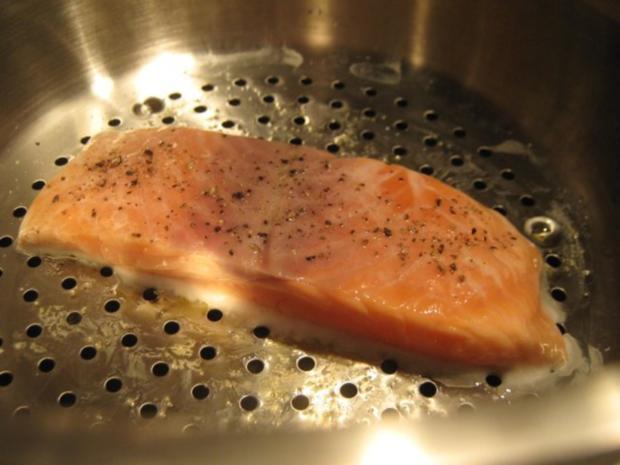 gedämpfter Lachs mit Schaum-weinsauce und Avocado-Garnelen - Rezept - Bild Nr. 3
