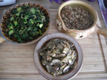 Vegan : Buntes Quinoa mit Zucchini - Spinat und Kokoschampignons - Rezept
