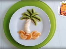 """Kreatives Obst Dessert und fruchtiger Smoothie unter den """"Palmen"""" - Rezept"""