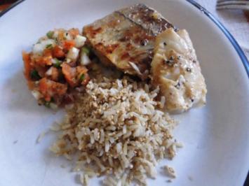 Seelachsfilet auf der Haut gebraten mit kalter Salsa und Sesamreis - Rezept