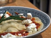 Ravioli mit Fenchel-Mandel-Füllung, Tomatensauce, Schafsfeta - Rezept
