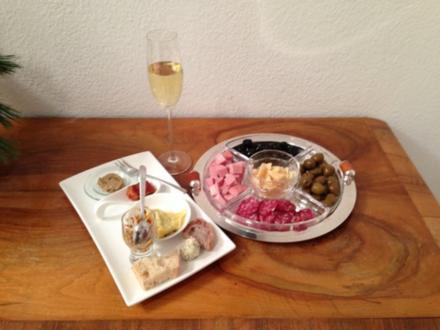 Italienischer Schaumwein dazu eine Variation verschiedener Antipasti - Rezept