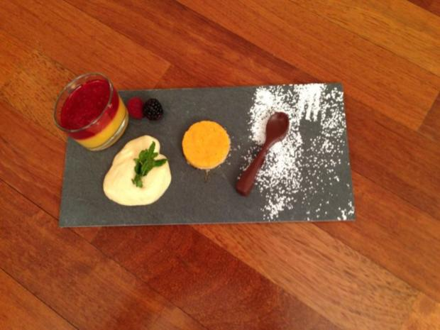 Kürbis-Tarte und Mango-Himbeer Smoothie and weißer Mousse au chocolat et vanille - Rezept