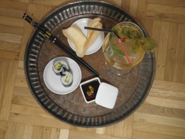 Pflaumenwein Cocktail mit vegetrarischer Sushi-Maki Rolle und Kroepoek Chips - Rezept