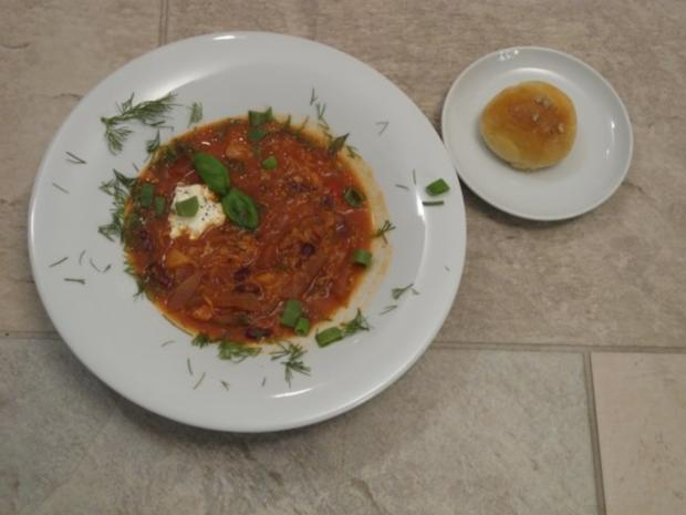 Ukrainischer Borschtsch serviert mit Pampuschky - Rezept