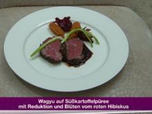 Wagyu auf Süßkartoffelpüree mit Reduktion und roten Hibiskusblüten (Michael Wendler) - Rezept