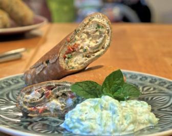 Mediterran gefüllte Buchweizencrepes mit Minz-Gurken - Rezept