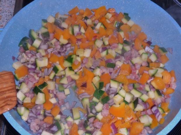Nudeln/Pasta: Spirelli in Tomaten-Speck-Soße überbacken mit Knusper-Parmesan-Streuseln - Rezept - Bild Nr. 3