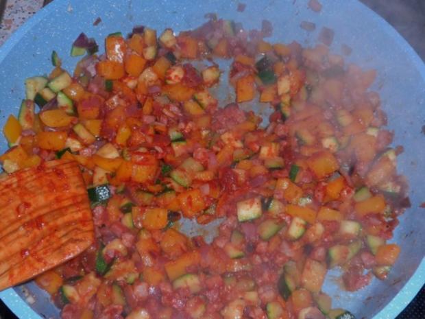 Nudeln/Pasta: Spirelli in Tomaten-Speck-Soße überbacken mit Knusper-Parmesan-Streuseln - Rezept - Bild Nr. 4