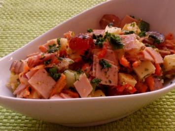 Salate: Fruchtiger Wurst-Käse-Salat mit Pistazien-Orangen-Dressing - Rezept