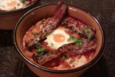 Baked Beans mit Ei, Bacon und Vollkorntoast - Rezept