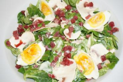 Feldsalat mit Champignons und Schinkenwürfeln - Rezept