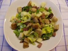 Romanasalat mit Knoblauchcroutons und gerösteten Schinkenwürfeln - Rezept