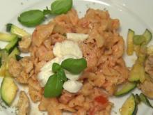 Campanelle mit Hähnchenfleisch, Knoblauch sowie Büffel-Mozzarella (Gabby de Almeida Rinne) - Rezept