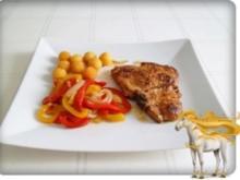 Schweinekotelett mit Kartoffelbällchen und Paprikasalat - Rezept