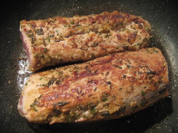 sanft gegartes Rosmarin-Schweinefilet auf geschmorten Zwiebeln mit Rahm-Kohlrabi - Rezept - Bild Nr. 3