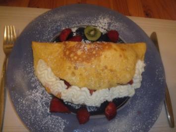 Omelett gefüllt mit Erdbeeren und Vanilleeis - Rezept