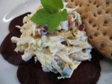 Salate: Chinakohl und junger Giersch mit Sauerrahm-Dressing auf Rote-Bete-Carpaccio - Rezept
