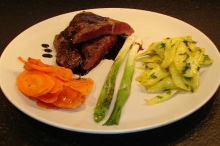 Steak vom Pferd mit zweierlei Karotten und Portwein-Balsamico-Sauce - Rezept