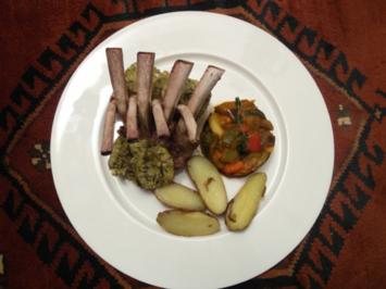 Rôti carre d'agneau avec croûte des olives-amande – Lammkarree, Ratatouille, Kartoffeln - Rezept
