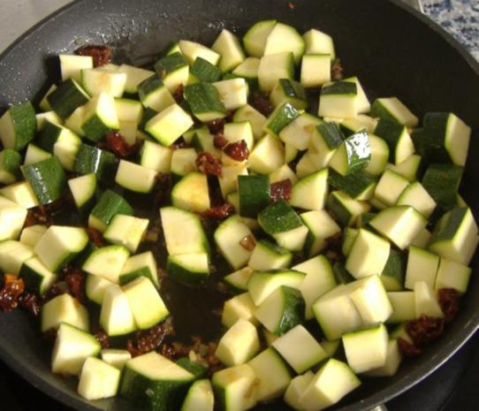 Grober Kartoffelstampf mit Zucchini,Bärlauch und getrockneten Tomaten - Rezept - Bild Nr. 2