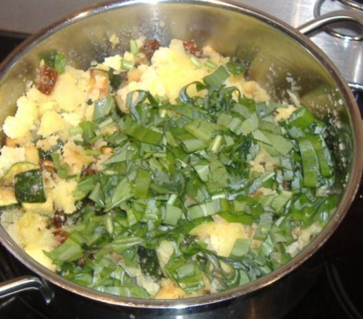 Grober Kartoffelstampf mit Zucchini,Bärlauch und getrockneten Tomaten - Rezept - Bild Nr. 4