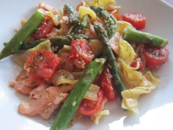 Grüner Spargel und Lachs zu Sesambandnudeln - Rezept