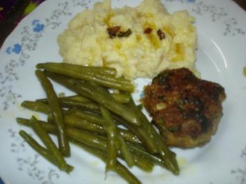 Korianderbuletten mit Sellerie-Kartoffelstampf und grünen Bohnen - Rezept