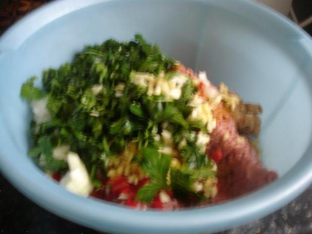 Korianderbuletten mit Sellerie-Kartoffelstampf und grünen Bohnen - Rezept - Bild Nr. 5
