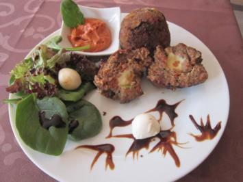 Zucchini-Frikadellen mit Mozzarella-Füllung und Knoblauch-Senf-Dip - Rezept