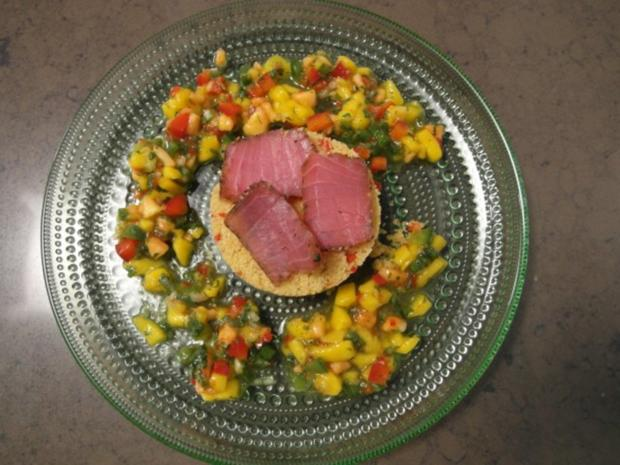 Geräucherter Yellow Fin Thuna auf süß-scharfem Cous Cous Salat mit Mango und Papaya - Rezept