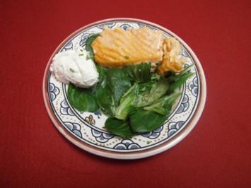 Salmao fresco frito com salada e dois molhos - Rezept