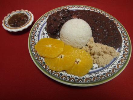 Feijoada Brasileira com molho pimenta e com Farinha de mandioca - Rezept