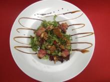 Salat mit karamellisierten Nüssen  und Datteln im Speckmantel - Rezept